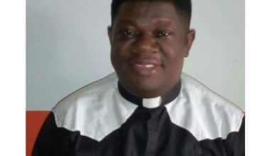 Photo of Catholic priest slumps and dies while officiating Mass in Rivers State