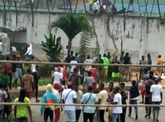(Video) Protesters break Benin Prison, free Inmates 1