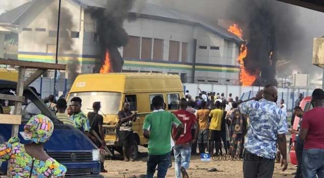 Orile-Iganmu Police Station set ablaze by hoodlums 1
